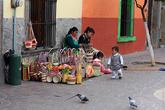 Женщины плетут корзины.