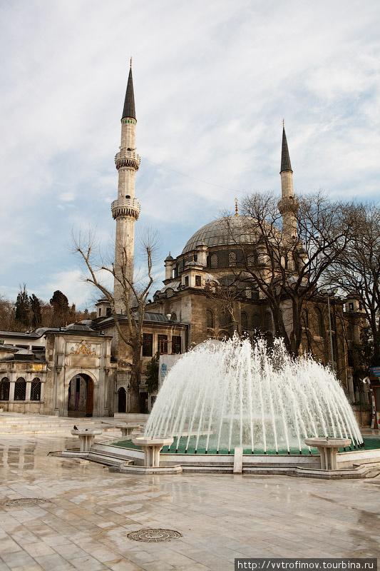 Мечеть Султана Эйюпа внизу холма
