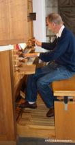 Служитель церкви сыграл нам композицию на старинном органе