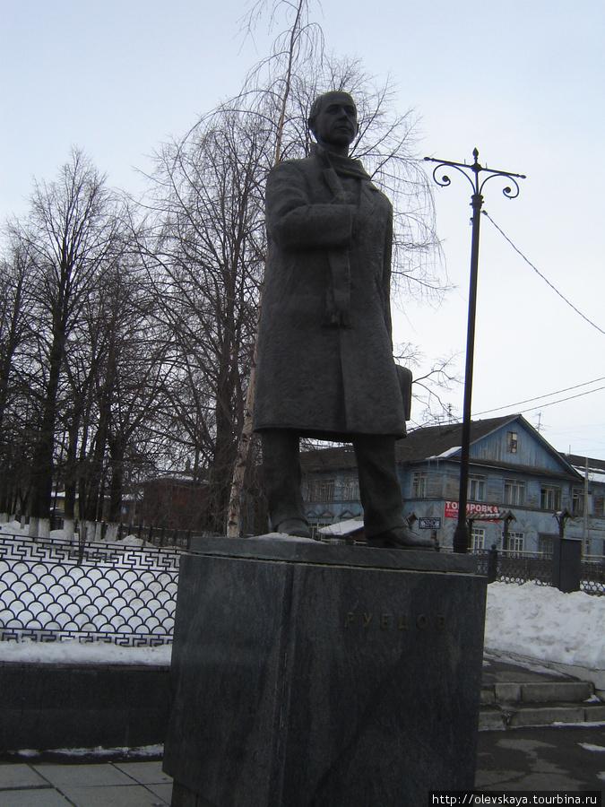 Памятник Рубцову работы А. Шебунина. Установлен в 1998