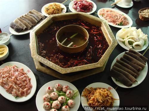 Традиционный красный суп (红汤). В центре — неострый суп(для тех, кто острые блюда не может много есть)
