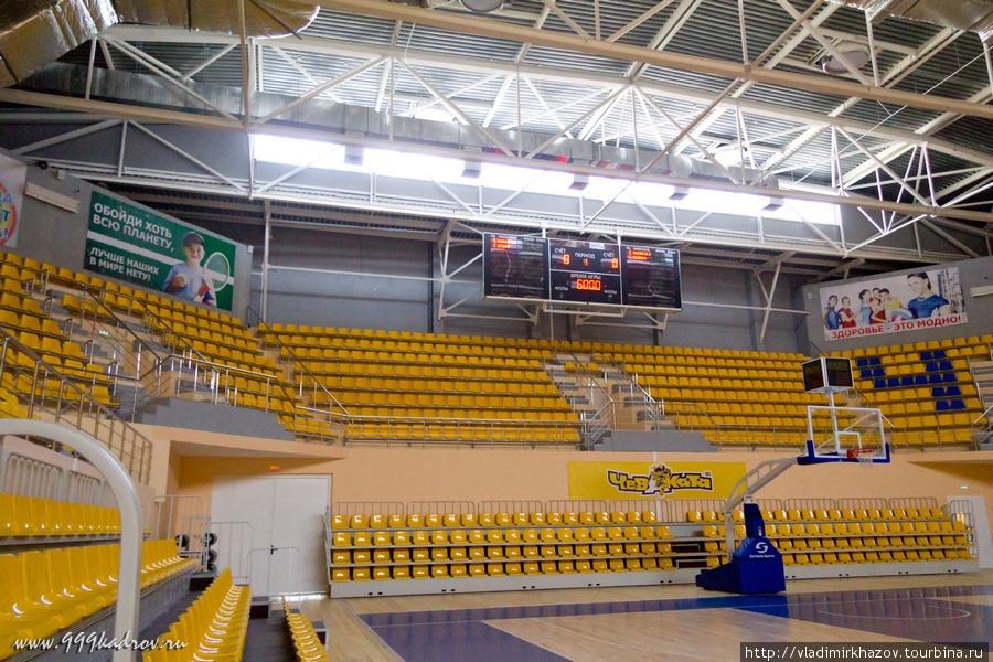 Трибуны расположены по всему периметру зала.