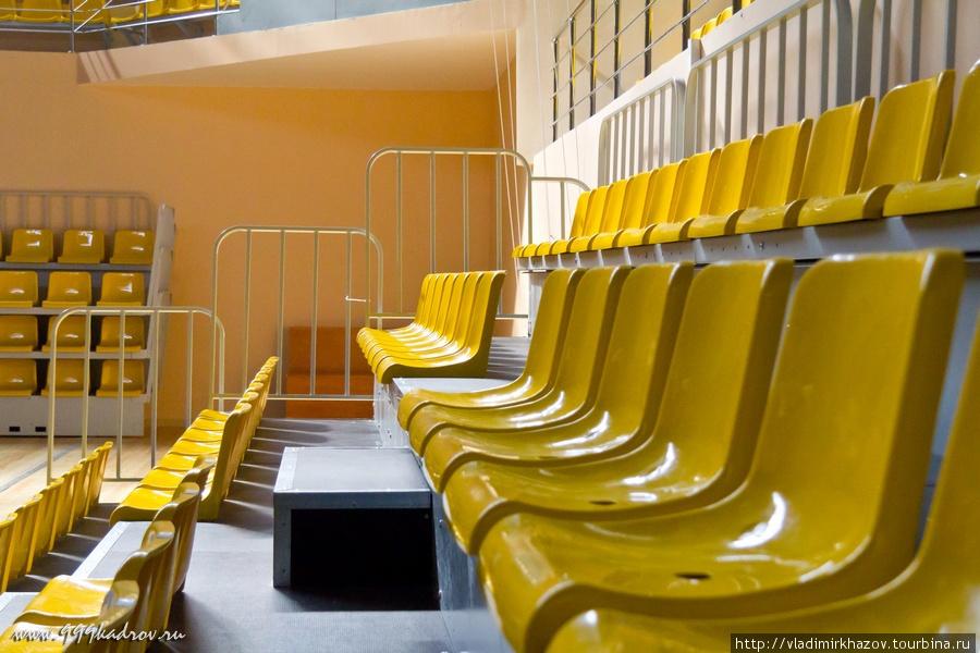 Высота рядов позволяет смотреть за происходящим на арене, а не на затылок сидящего спереди. Места для коленей тоже должно хватить людям любого роста.