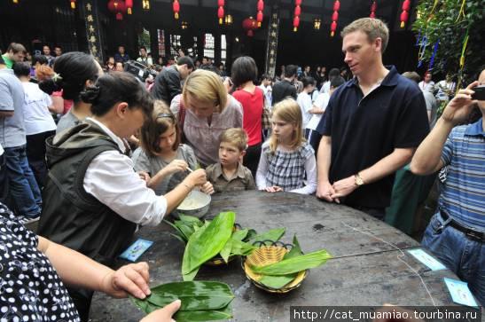 Жители городка Цычикоу учат туристов готовить цзунцзы в празник Дуаньу (праздник лета) .