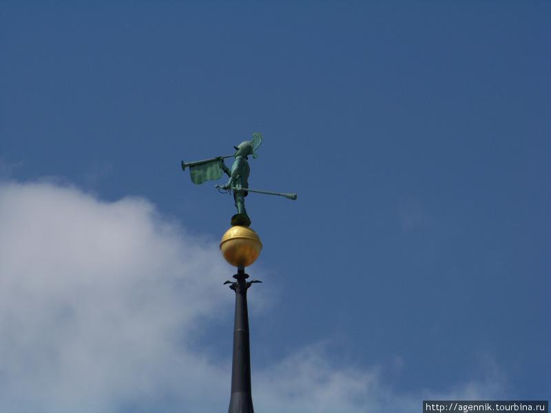 Герольд на крыше ратуши
