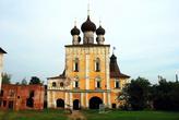 Надвратная Сретенская церковь — вид с внутренней территории.