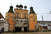 Надвратная Сретенская церковь (1692г.) Ростовский Борисоглебский монастырь основан новгородскими монахами Фёдором и Павлом в 1363 году.