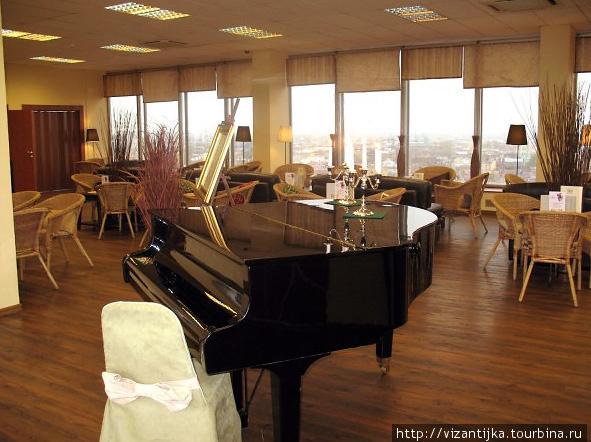 Стоит рояль, каждый вечер играет живая музыка.