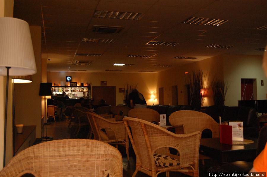Внешний вид зала в вечернее время.