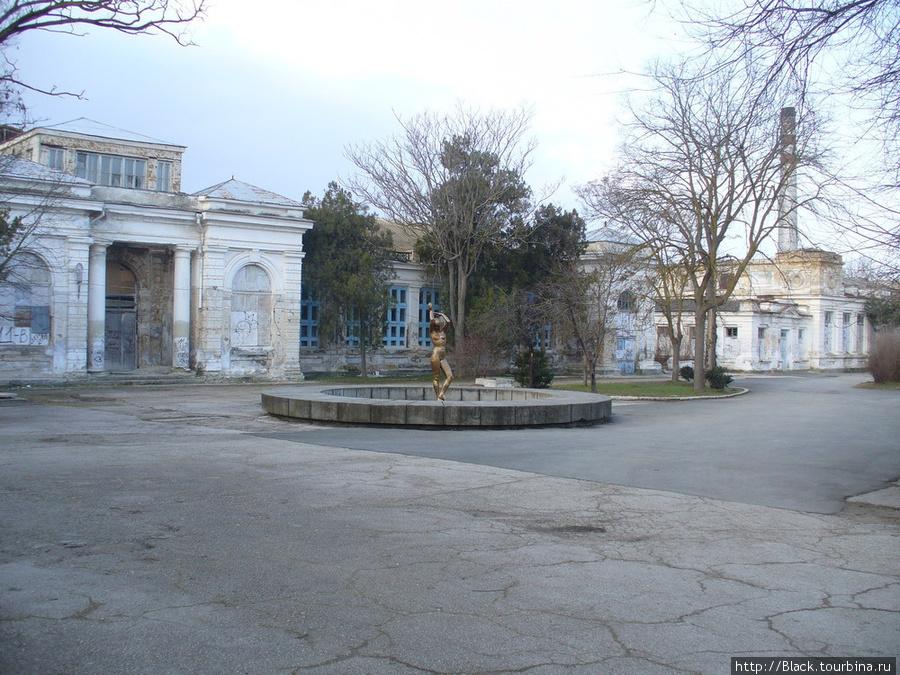 Тот же фонтан на фоне закрытых ванных зданий