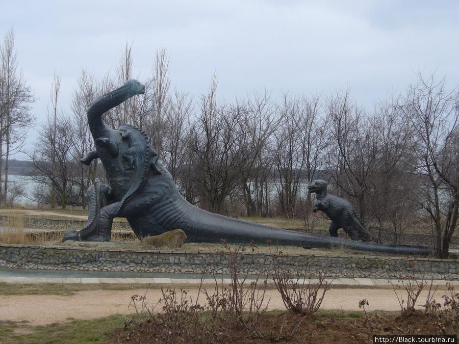 Скульптурная группа бронтозавров