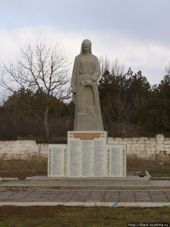 Скульптура скорбящей матери-Родины с венком в левой руке у братских могил советских воинов