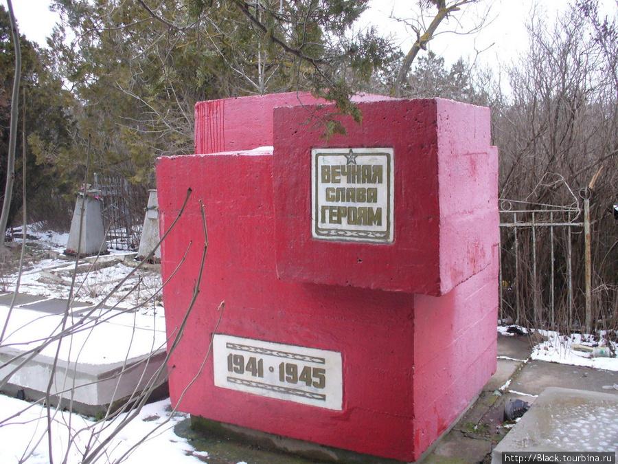 Памятники, которые удалось обнаружить в зарослях городского кладбища