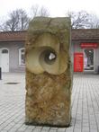 Скульптура у вокзала под названием
