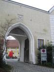 Вход в бывший монастырский хозяйственный двор