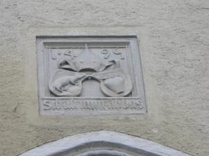 Над воротами дата их постройки и герб настоятеля