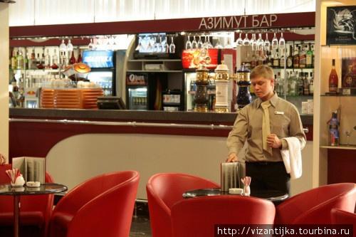 Вид на стойку лобби-бара в отеле Азимут.