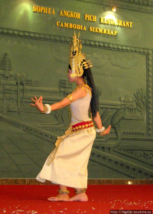 Девушки танцуют с прямым корпусом, вывернутыми наружу ступнями и изогнутыми вверх пальцами слегка согнутых ног