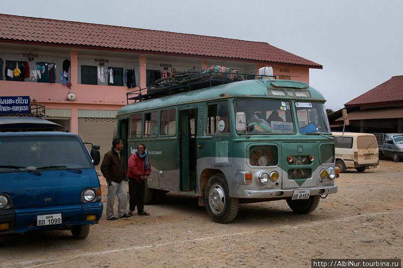 Нас даже не удивило, что рейсовый автобус оказался ординарным раздолбанным пазиком.