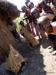 Девочки строят макеты хижин — учатся, так как потом им строить дома придется самим