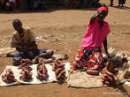 Женщина продает местный картофель — кассаву