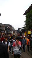 В нашем районе принято есть на улице — местная специфика такая. Даже на севере Китая это считается неприлично, а у нас — всё нормально!