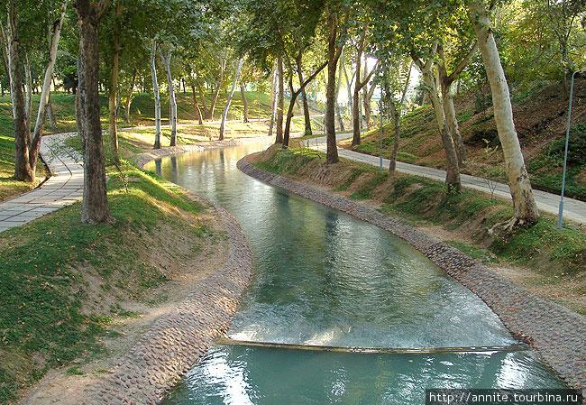 Канал Анхор в центре Ташкента.
