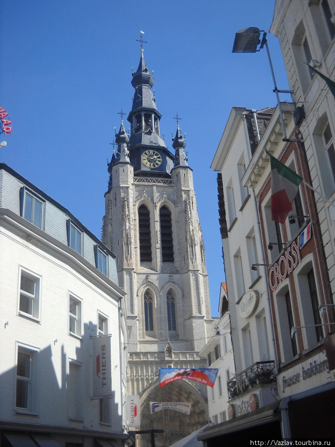 Церковная башня высится над домами