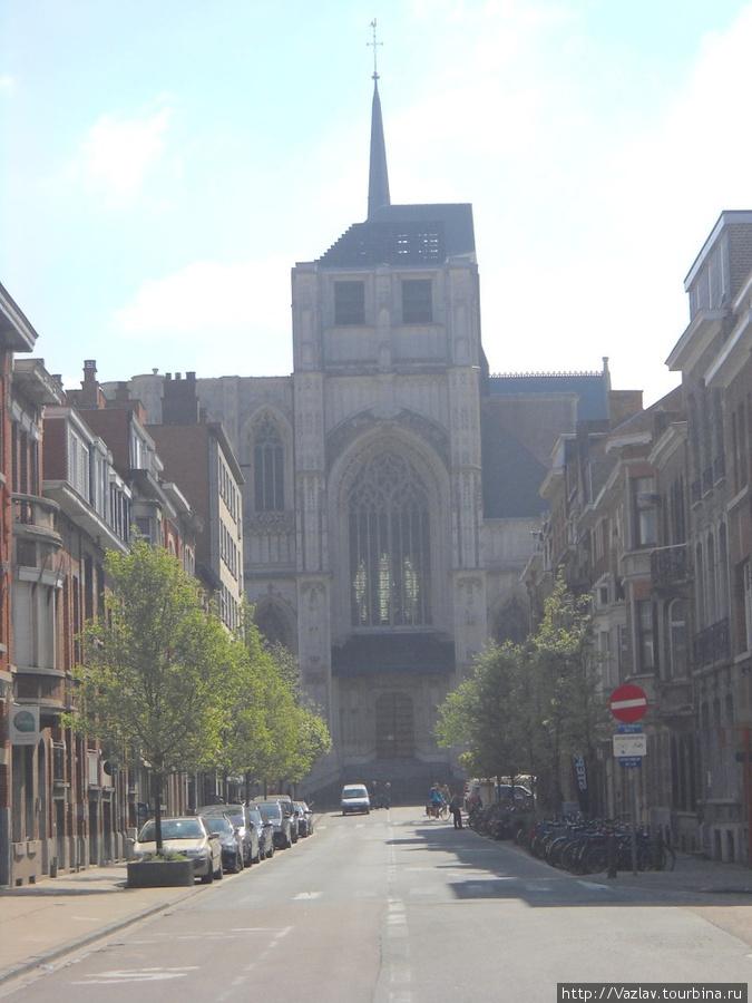 Вид на храм с западной стороны — недоделанная башня бросается в глаза