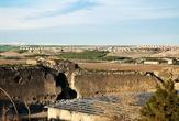 А это самая дальняя и необитаемая часть старого города. Пейзаж начинает смахивать на заброшенную разрушенную крепость. Людей почти нет.