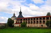 В 1654-1680 были построены новые каменные стены монастыря, дошедшие до нашего времени, и монастырь стал одной из самых больших и могучих крепостей в России.