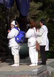 Паломники читают сутры в храме