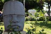 Голова ольмекского воина в городском парке