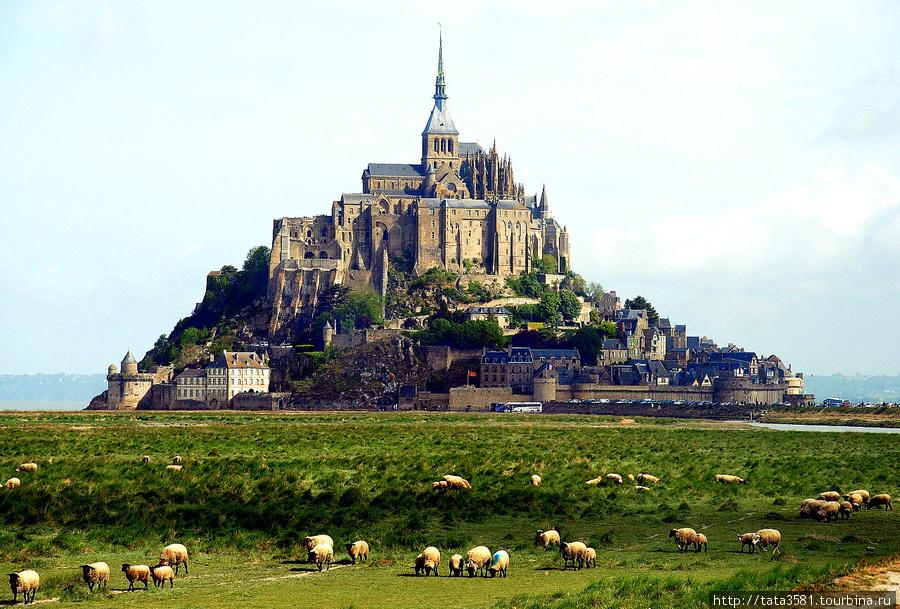 Скалистый остров-монастырь в Бретани. Мон-Сен-Мишель, Франция