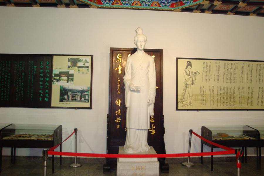 Памятник поэтессе