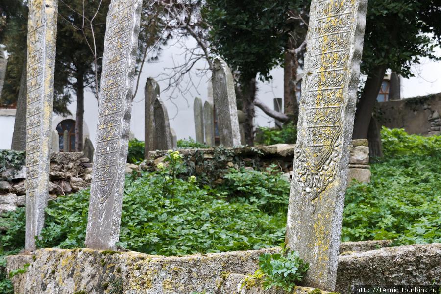 На кладбище около мечети