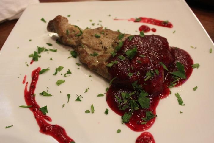 Мясо с клюквенным соусом