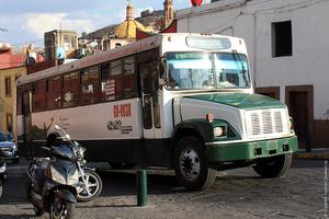 По узким улицам с односторонним движениям ездят огромные шумные автобусы.