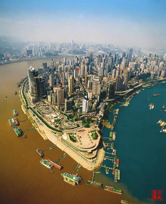 Вид на порт Чаотяньмэнь. Здесь река Цзялинь втекает в реку Янцзы.