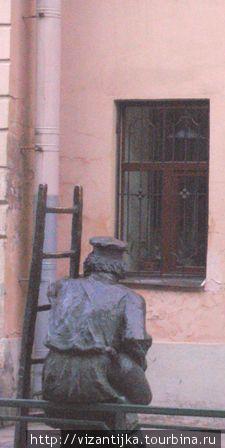 С-Пб, Одесская улица. Вид со спины памятника фонарщику.
