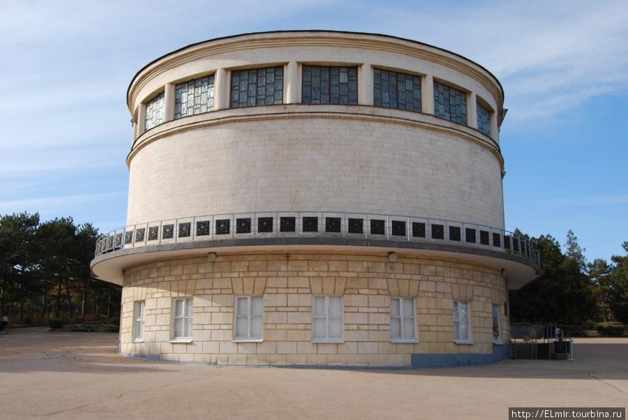 вот в этом здании находится знаменитая Панорама обороны Севастополя