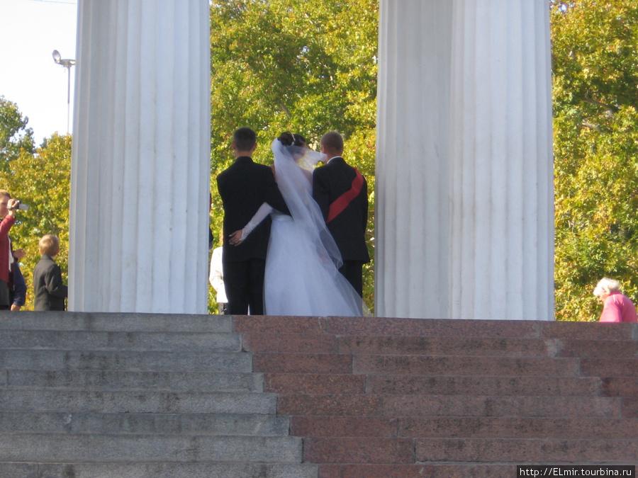 гуляя по набережной в Севастополе мы наткнулись на свадьбу