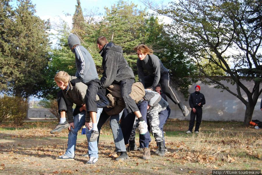 это мы играли в слона в предместьях Севастополя в ожидании маршрутки на вокзал