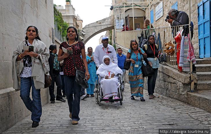 Паломники на Виа Долороза в Иерусалиме