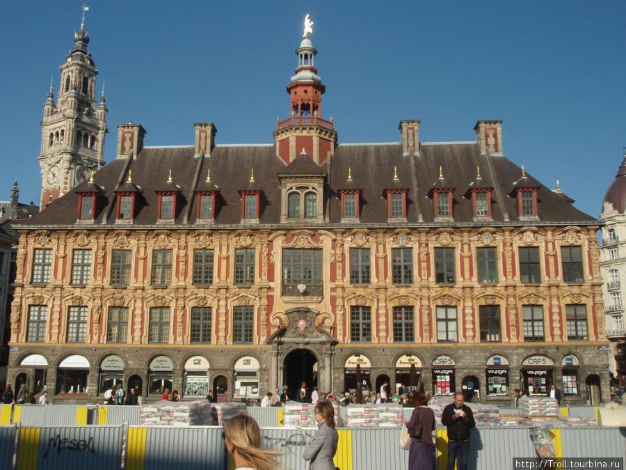 Общий вид здания с юга. На заднем плане — торговая палата