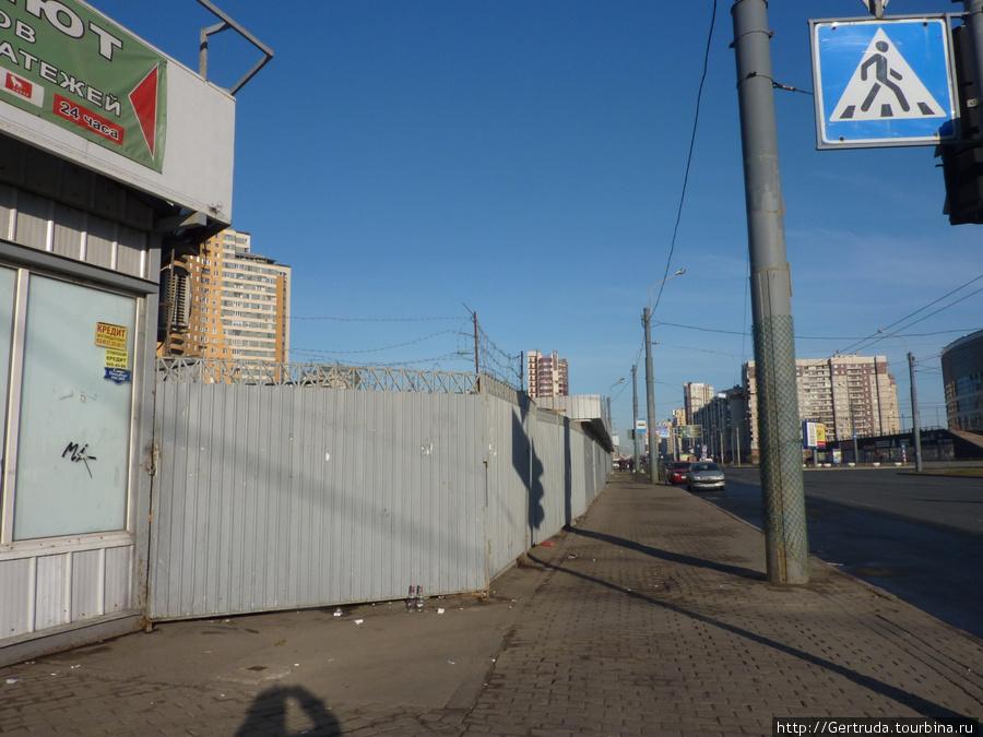 А это угол маленького  грязного рынка у метро