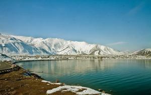 Впервые озеро Ван мы увидели только утром, не смотря на то, что еще вечером ночевали у его берегов. Я помню это чувство – просыпаешься и сразу ищешь глазами озеро-море. А оно и вправду рядом.