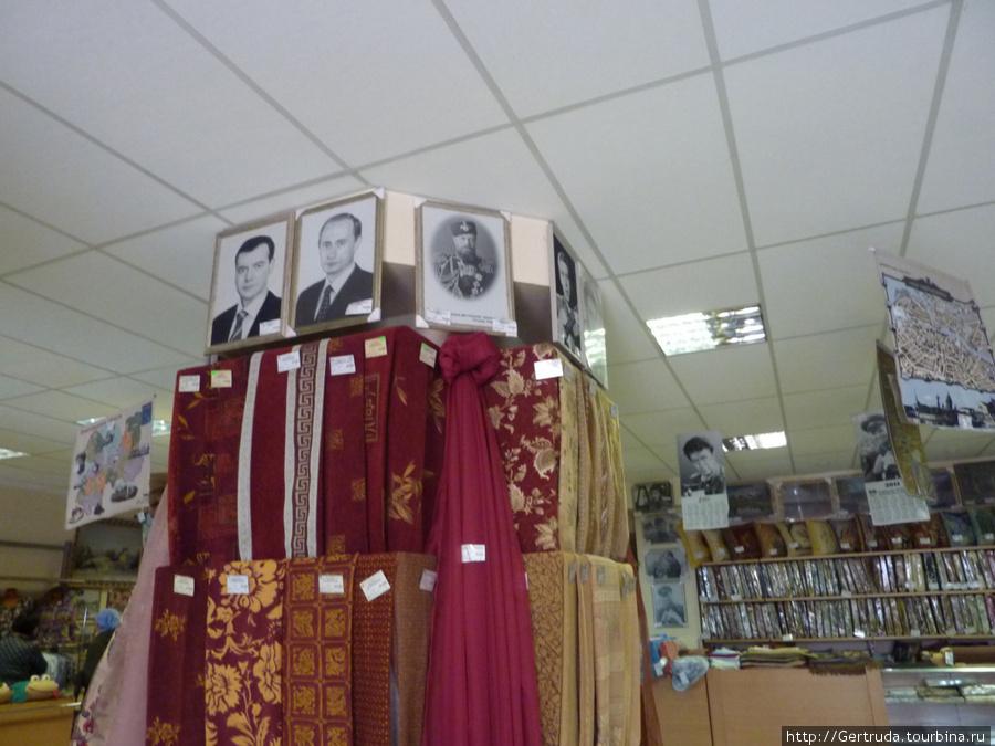 Гобеленовые ткани и портреты.