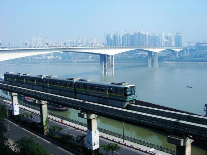 Поезд проходит по реке