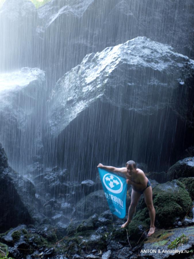 Купание с флагом Турбины под водопадом Сипи